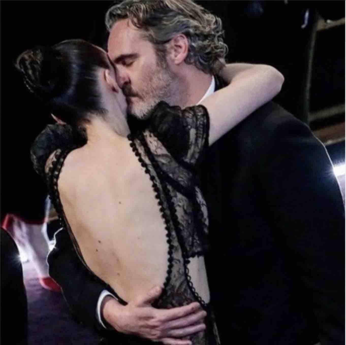 Oscar 2020 | Joaquin Phoenix festeggia con un panino assieme alla fidanzata