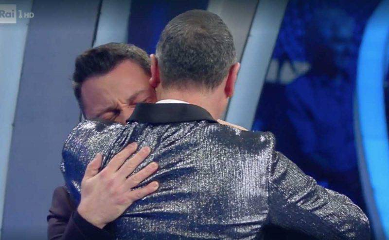 Tiziano Ferro abbraccia Amadues