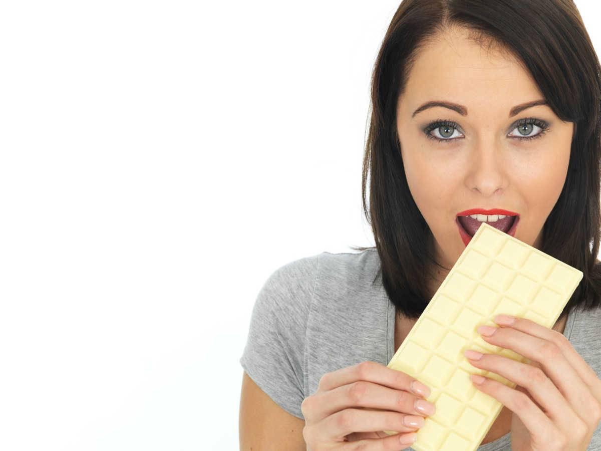 donna con cioccolato bianco