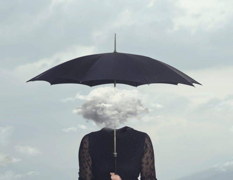Donna con nuvola al posto della testa