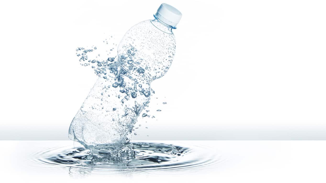 Ecco cosa dovresti sapere sull'acqua minerale in bottiglia