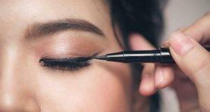applicazione eye-liner