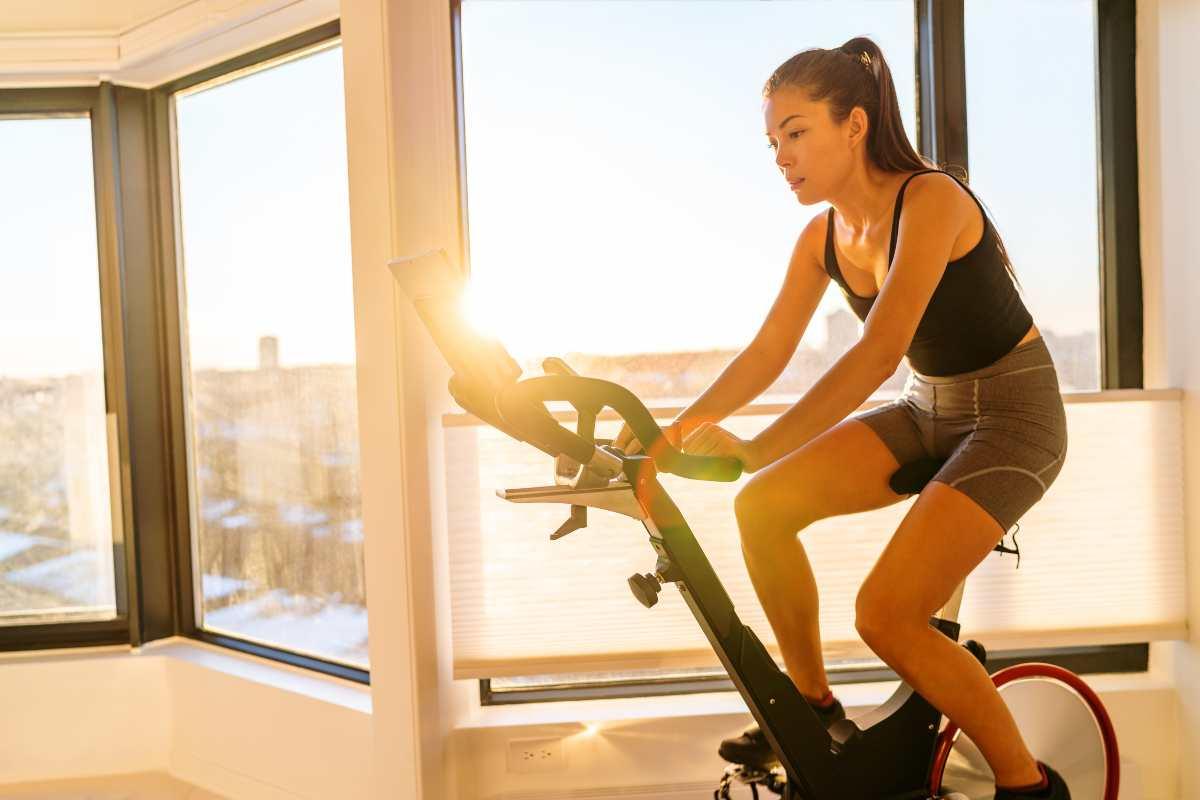 Donna su cyclette