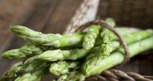 Proprietà degli asparagi   2 RICETTE facili, drenanti e diuretiche