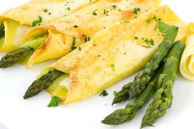 Crepes senza uova con asparagi per gli intolleranti alle uova e al lattosio