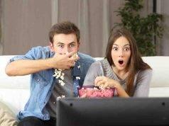 coppia che guarda tv