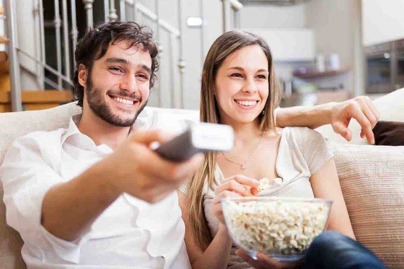 coppia che guarda film