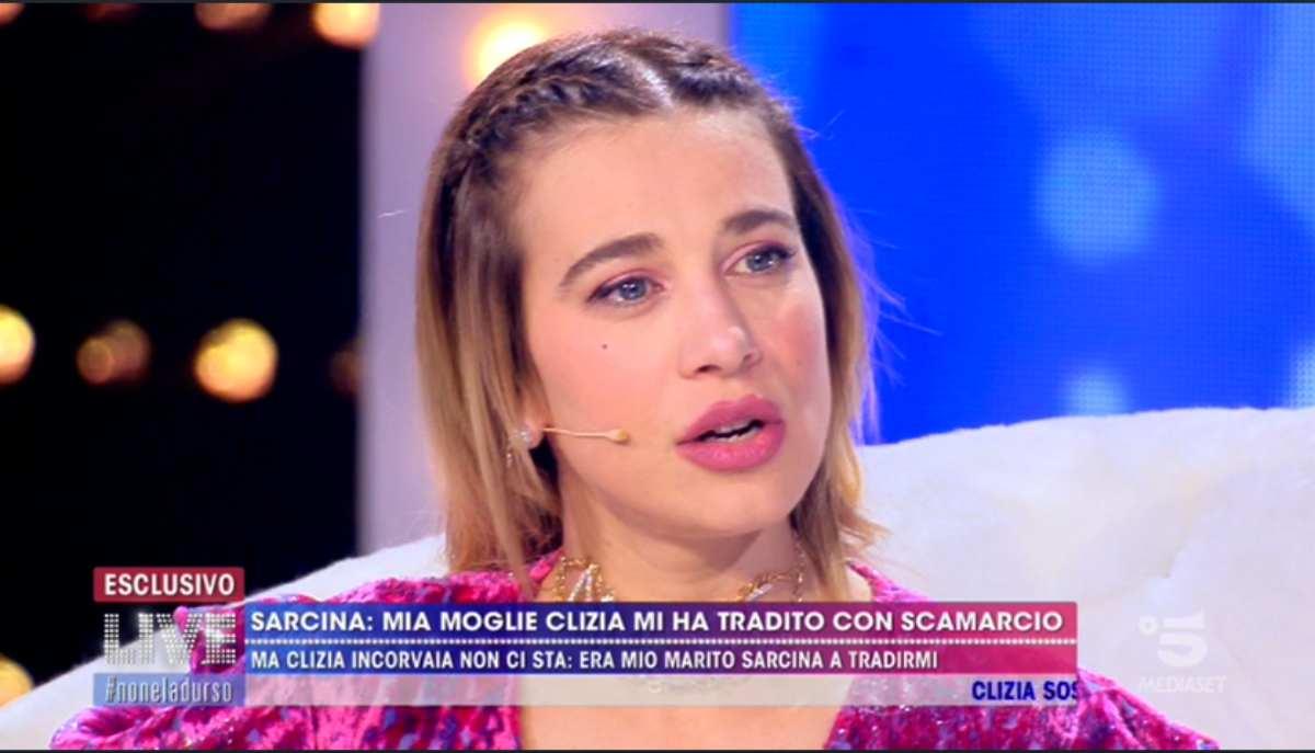 Clizia Incorvaia commenta la canzone di Sarcina a Live Non è la d'Urso