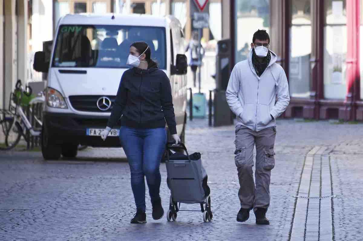 Coronavirus, italiani con la valigia in mano