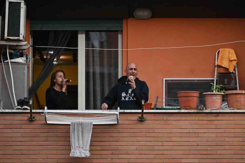 """""""Grazie Roma"""" dai balconi, tifoso si infuria"""