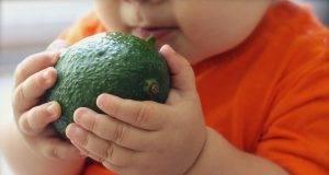 come tagliare il cibo ai bambini per evitare il soffocamento