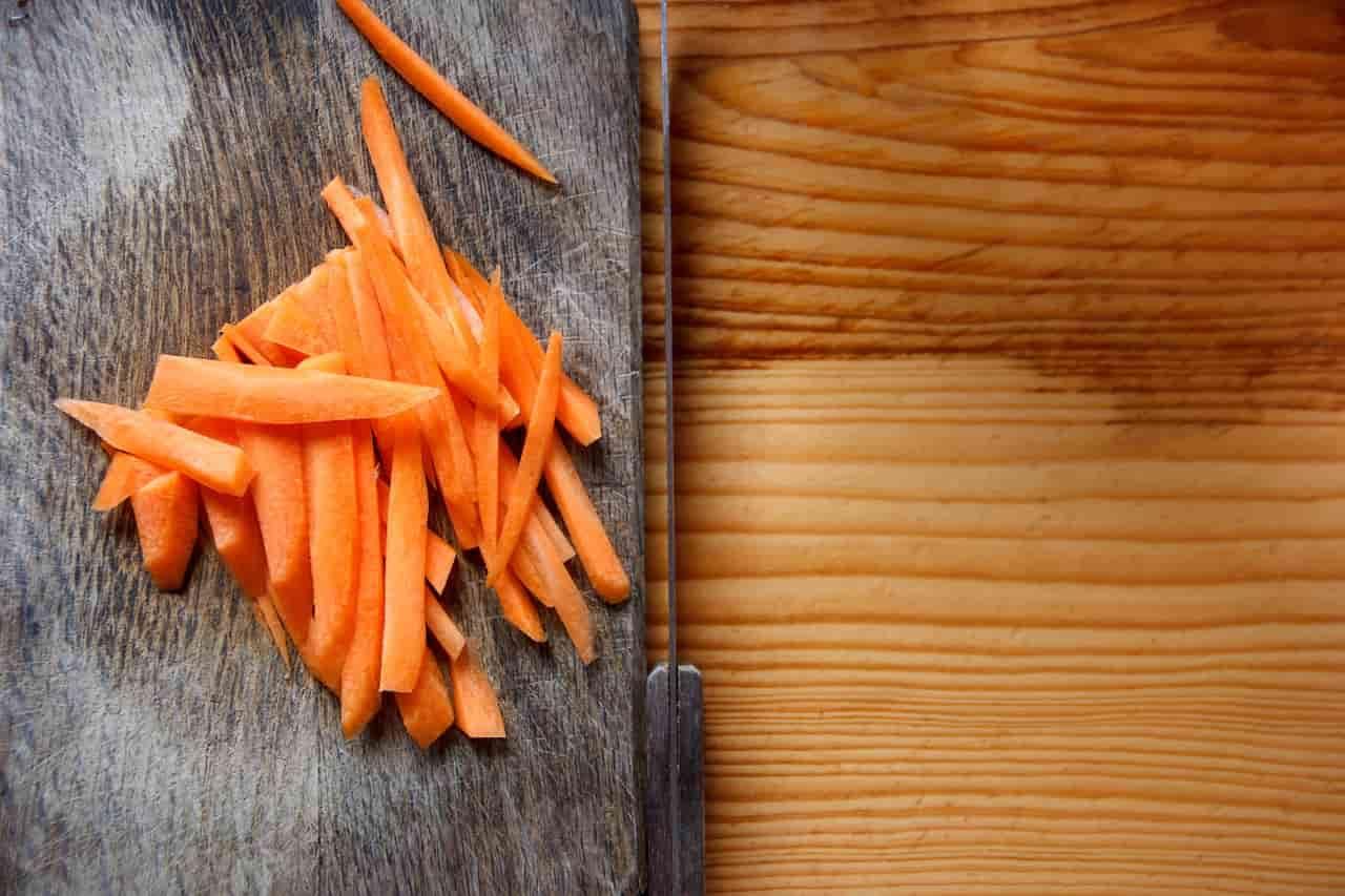 come tagliare il cibo ai bambini ed evitare il soffocamento