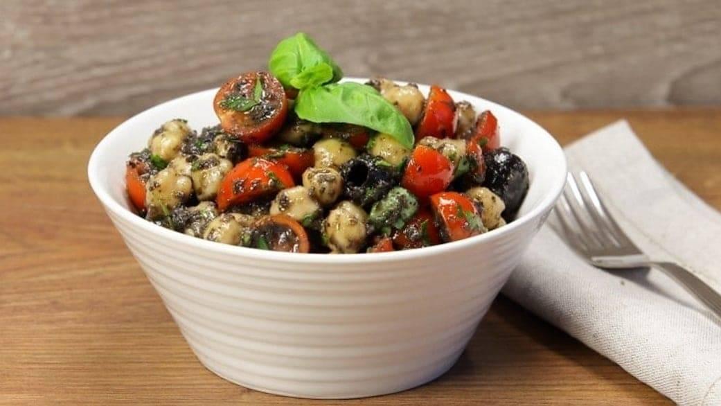 Ricetta Vegetariana insalata di ceci pomodori e olive