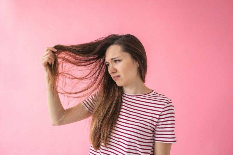 donna con capelli rovinati