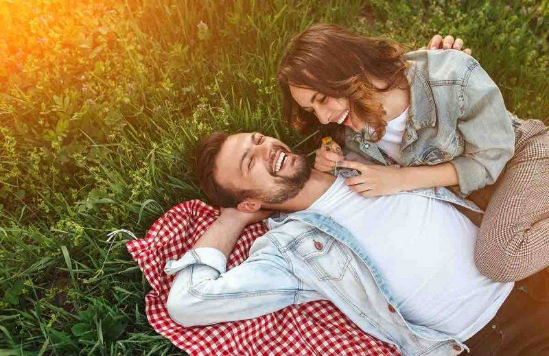 coppia che ride insieme