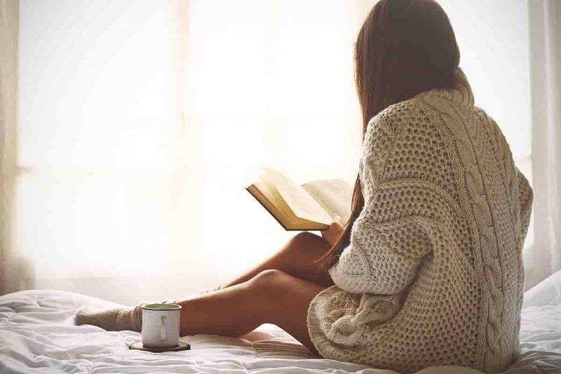 Donna che legge a letto