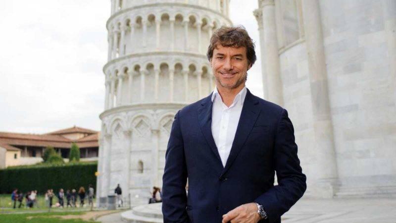 Alberto Angelo vicino la torre di Pisa