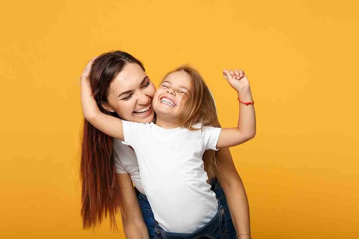 mamma e figlia felici che si abbracciano