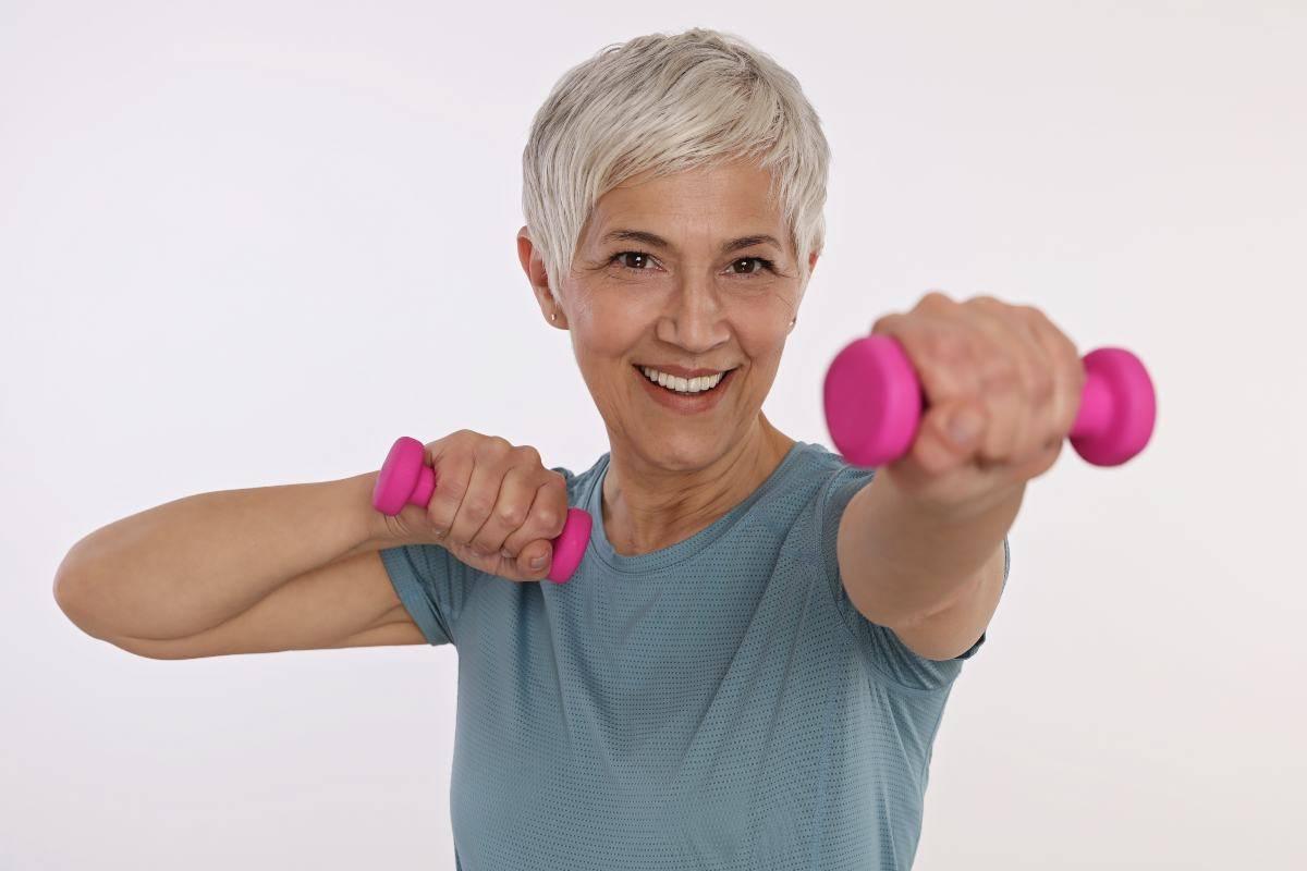 Donna anziana che si allena
