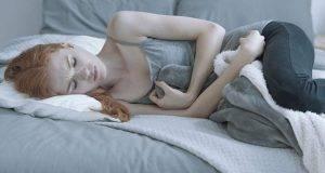 ragazza triste sul letto
