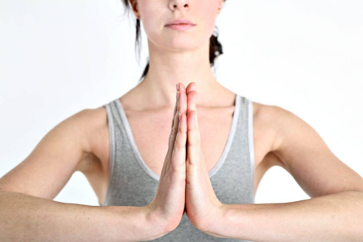 Donna che fa fitness per il seno