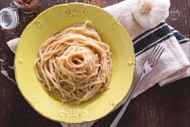 Spaghetti con acciughe e pan grattato