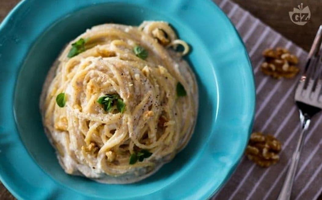 Spaghetti alle noci saporiti e cremosi