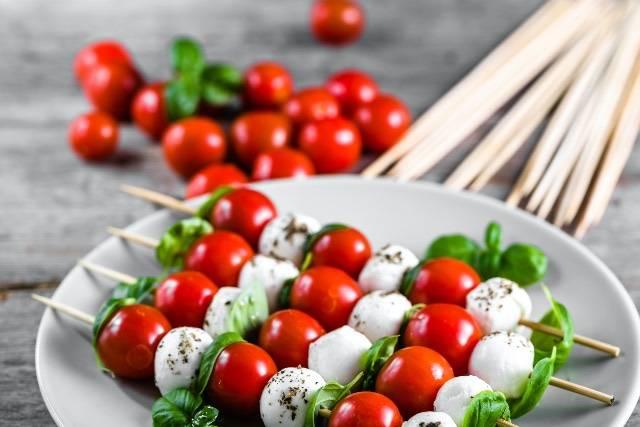 Spiedini saporiti con formaggio al basilico e pomodorini