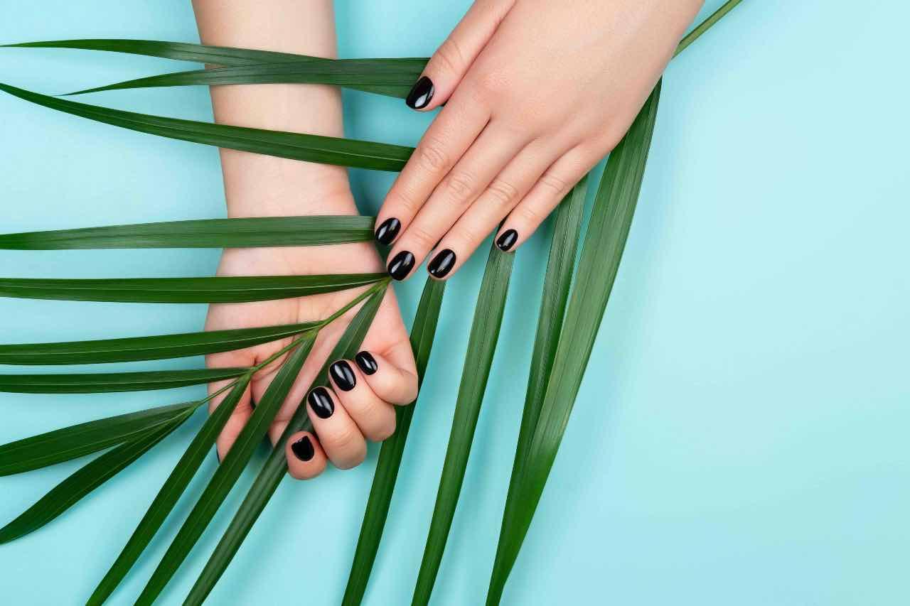 manicure smalto nero