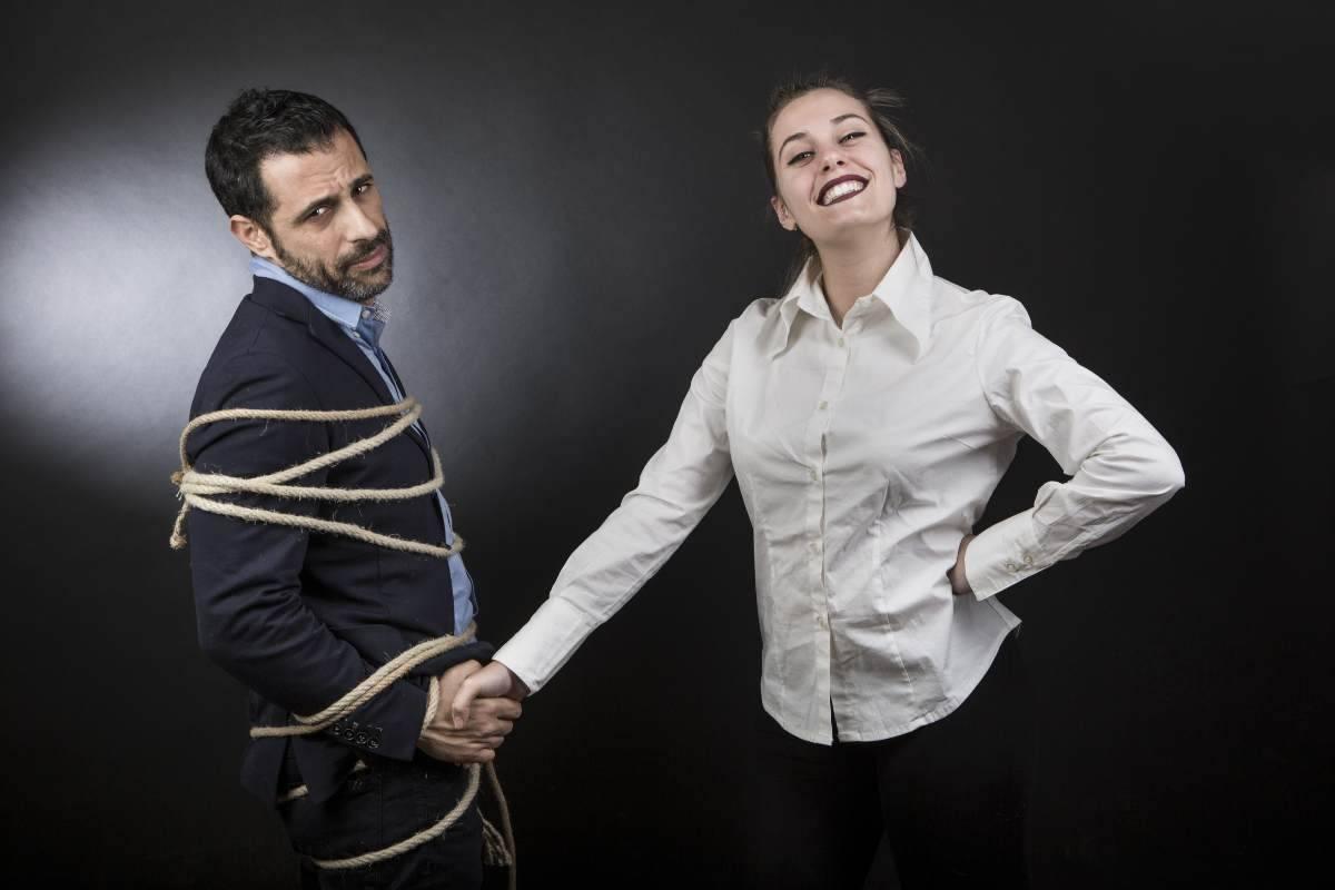 donna possessiva con uomo legato