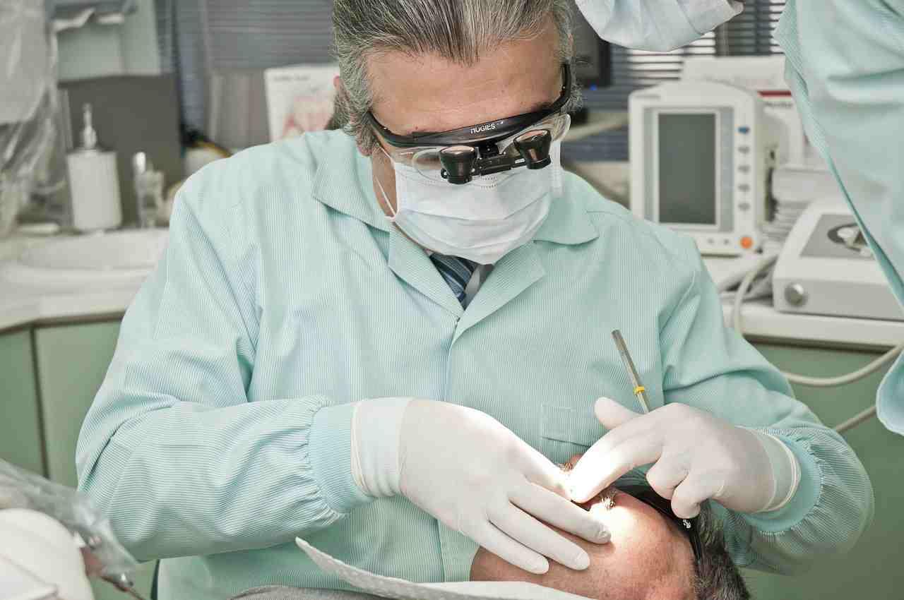 Covid e caduta dei denti: gli esperti parlano di due cause