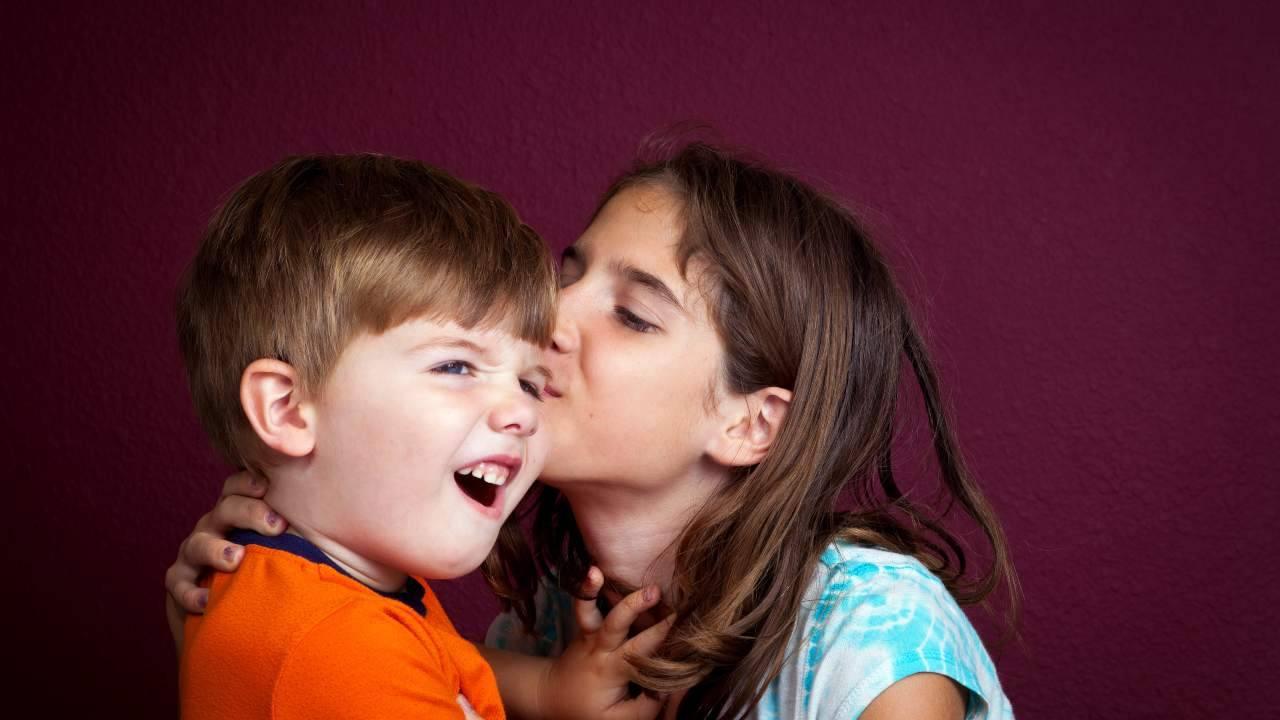 bambini mai forzare bacio