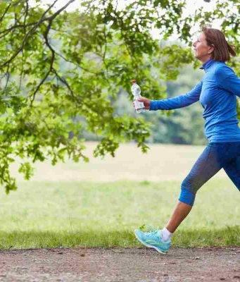 donna che fa la camminata veloce
