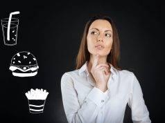 Donna con immagini cibo