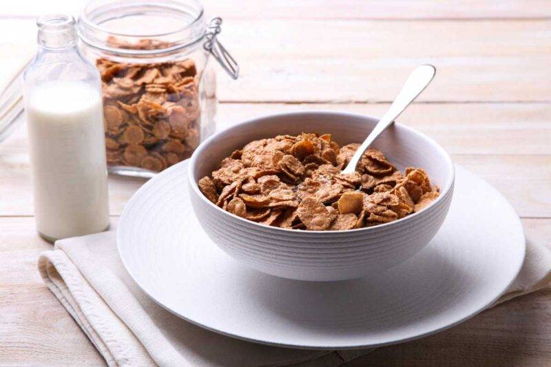 Ciotola di latte con cereali