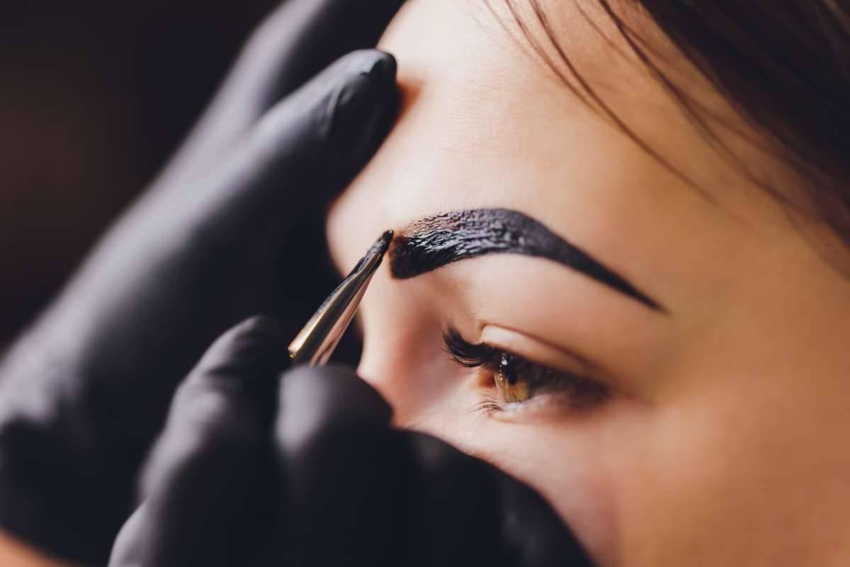 Sopracciglia perfette con l'henné