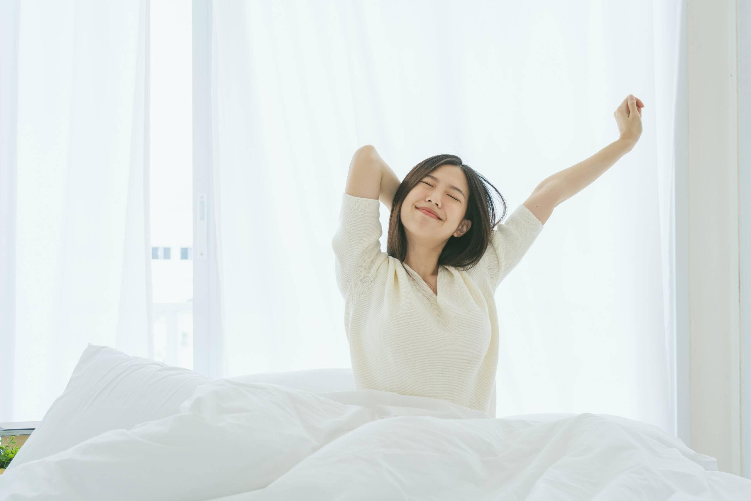 Donna che si stiracchia a letto
