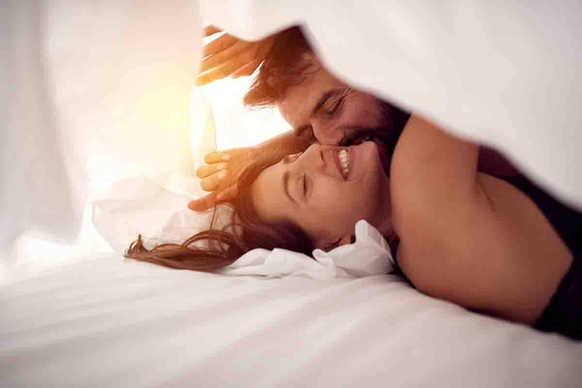coppia letto testare il materasso