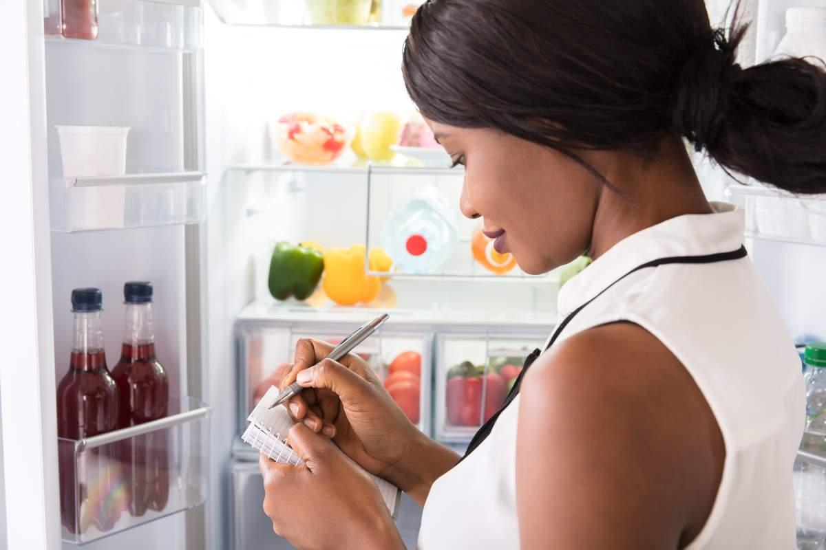 Donna che fa la lista della spesa