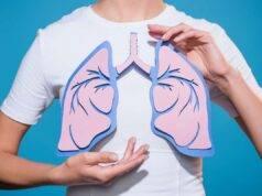 Donna che tiene disegno polmoni