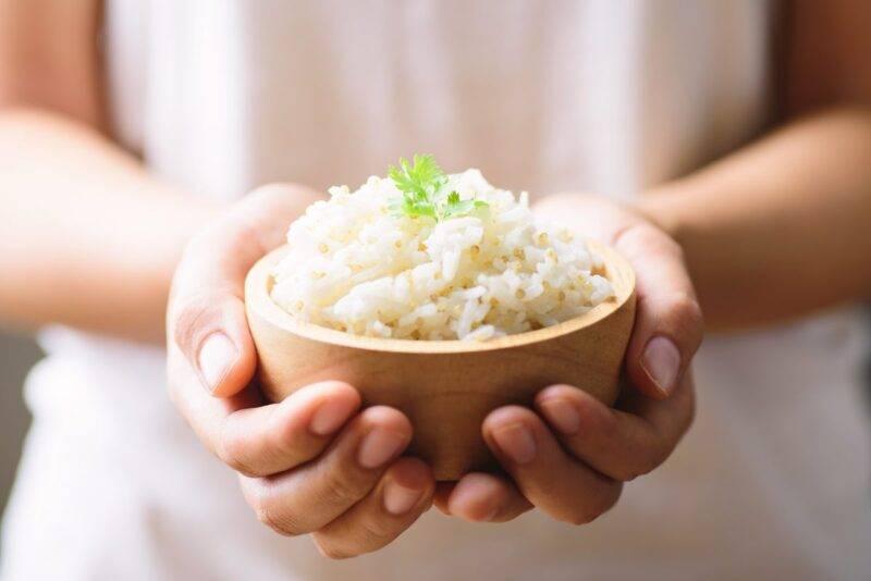 Donna con ciotola di riso