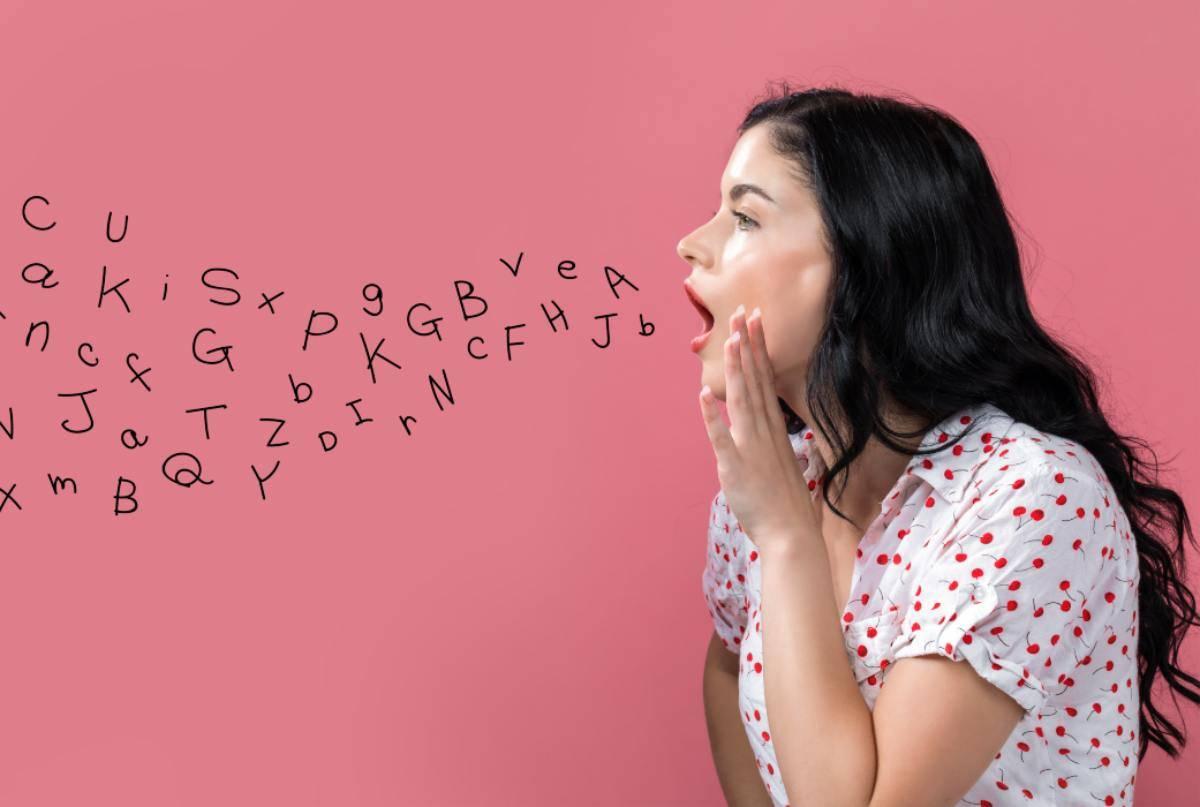 Donna con lettere che le escono dalla bocca