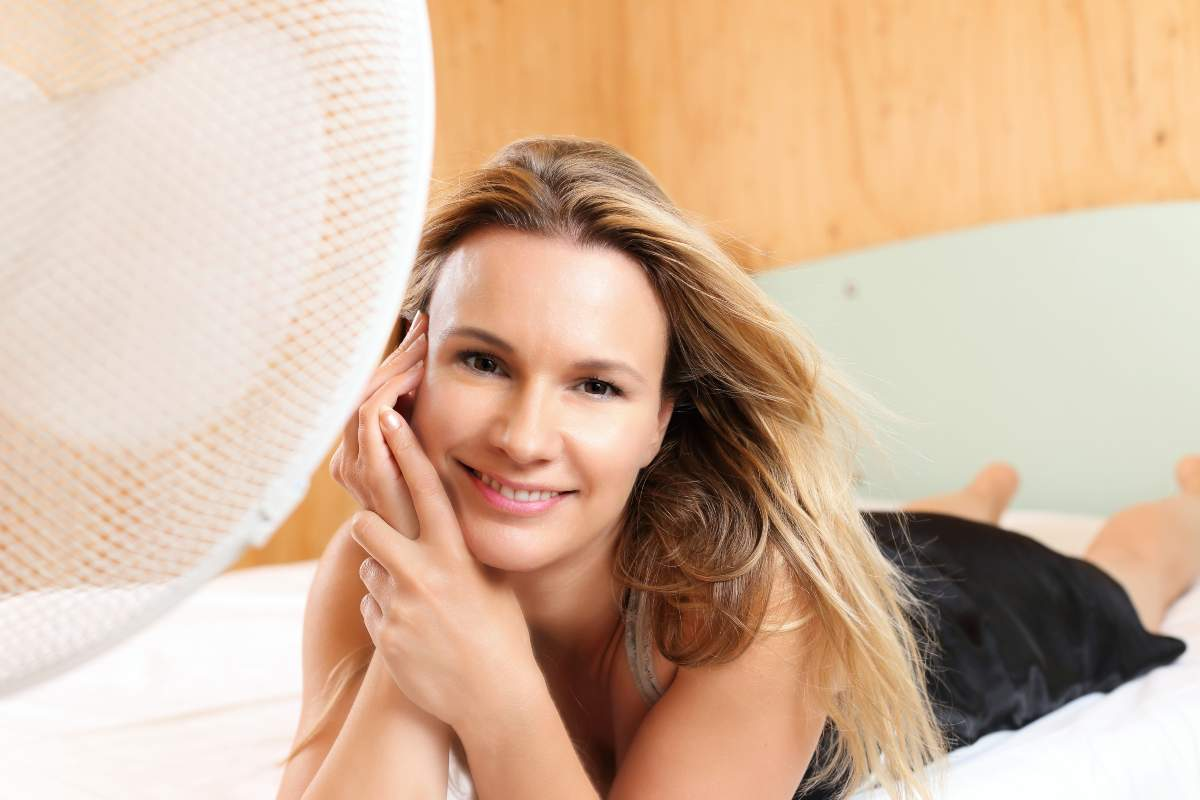 Donna con ventilatore