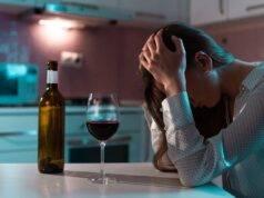 Donna disperata con bicchiere di alcol