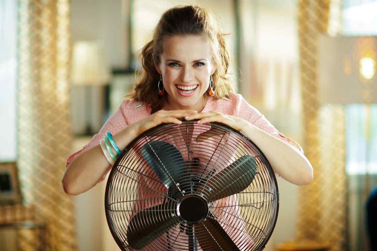 Donna felice con ventilatore