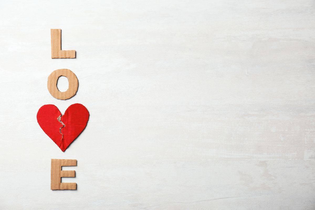 Scritta love con cuore strappato