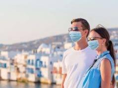 coppia in vacanza con mascherina