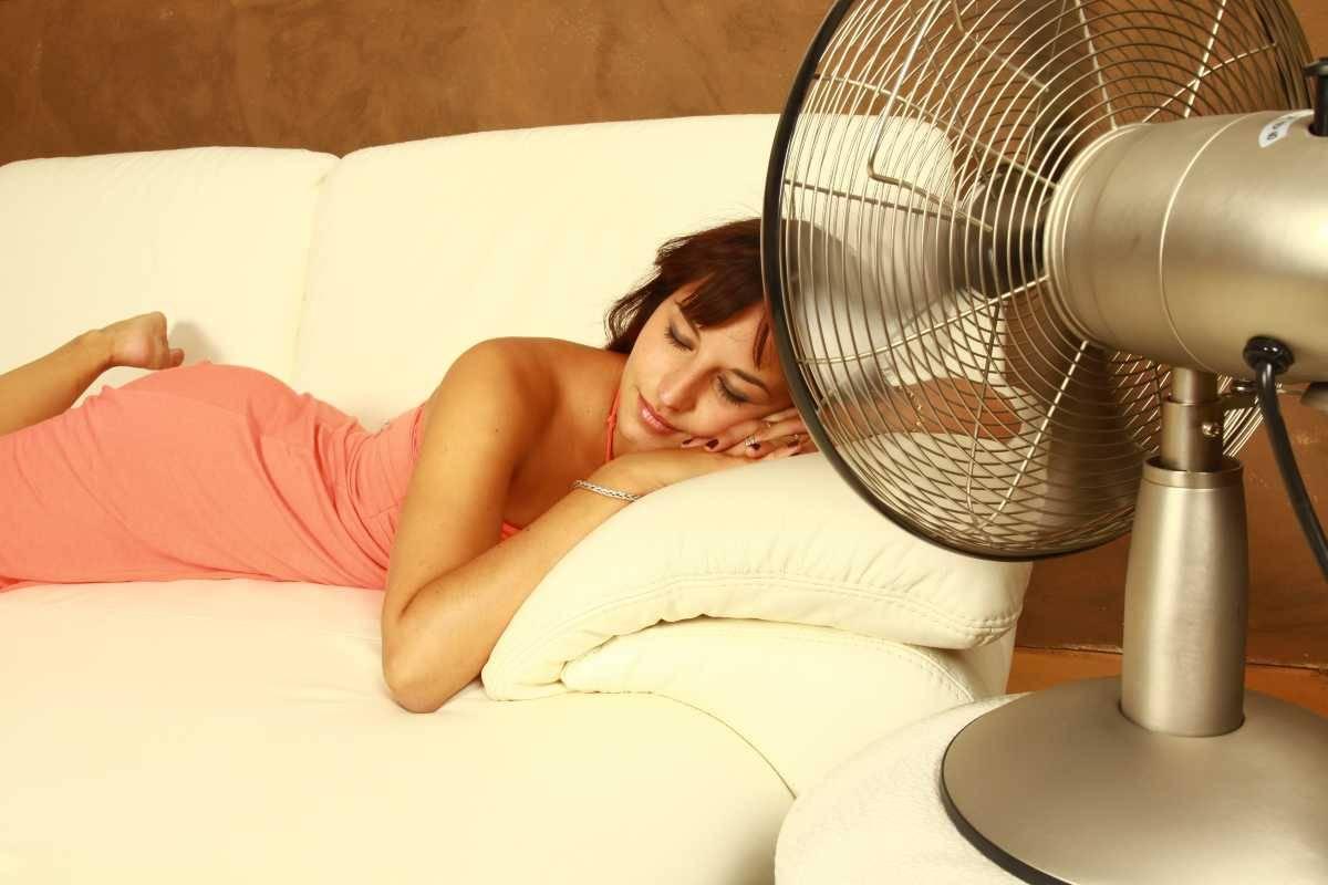 donna che dorme con ventilatore