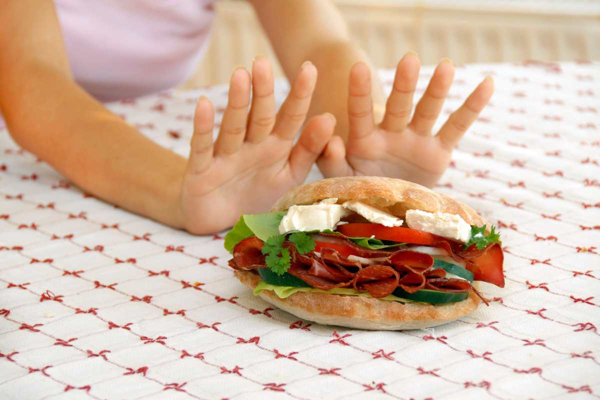 Donna che rifiuta un panino