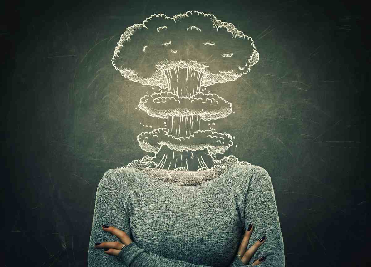 donna con testa che fuma